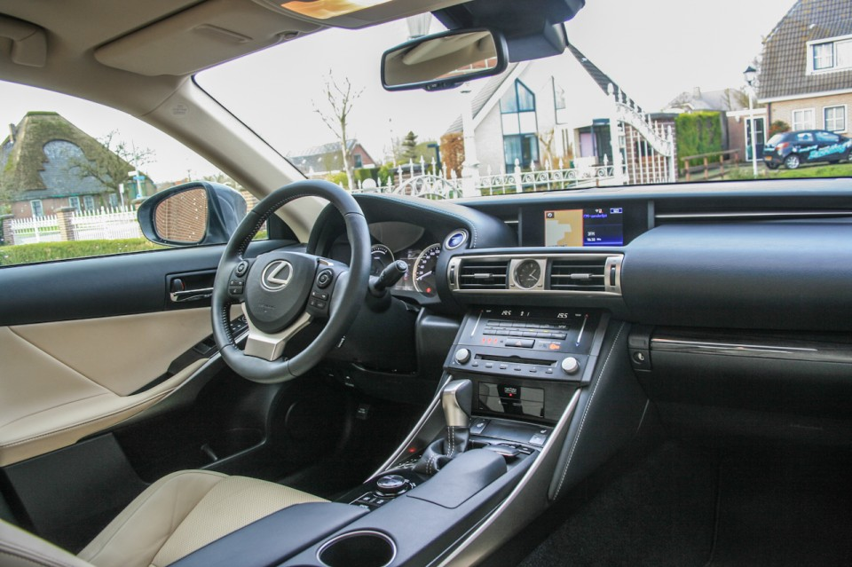 Lexus IS 300h dashboard