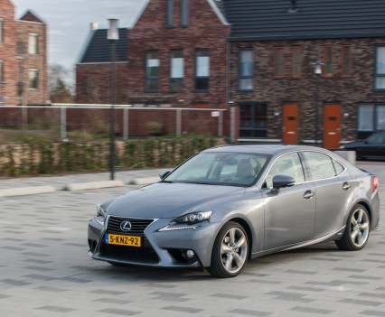 Lexus IS 300h zijkant